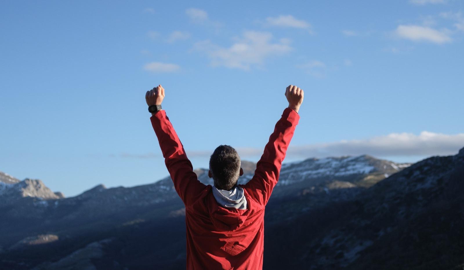 Proche aidant au sommet d'une montagne.