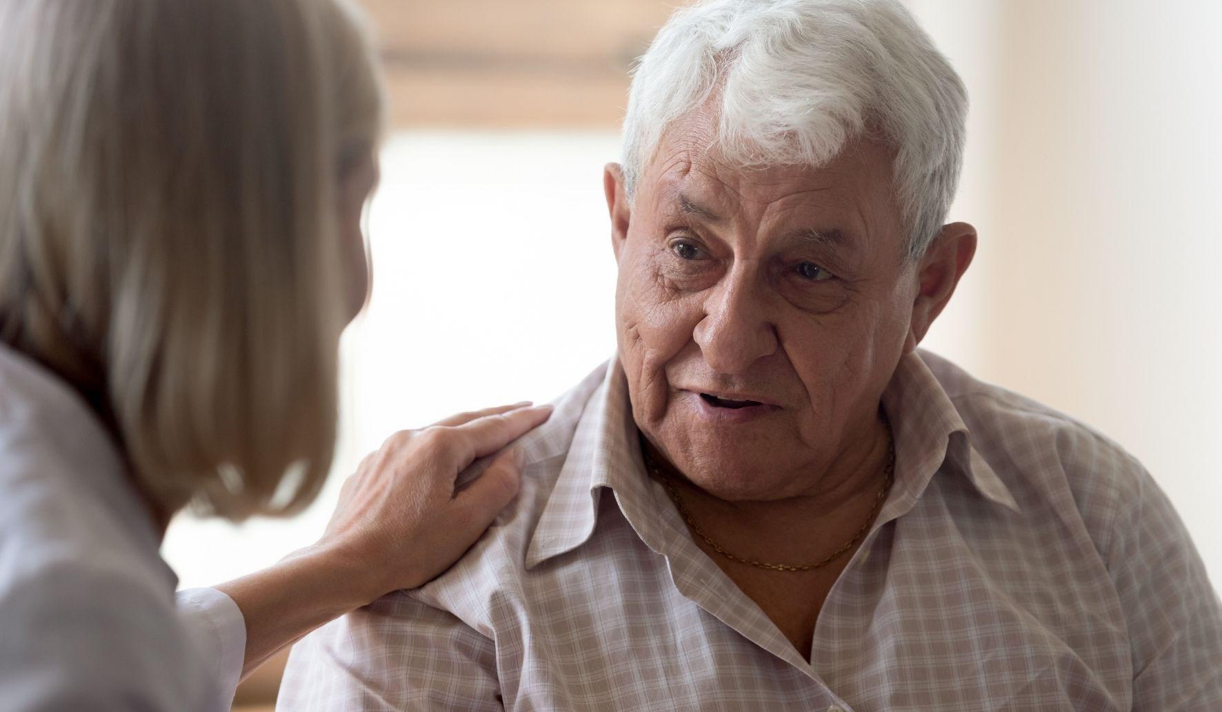 Une aide médico-psychologique avec une personne âgée