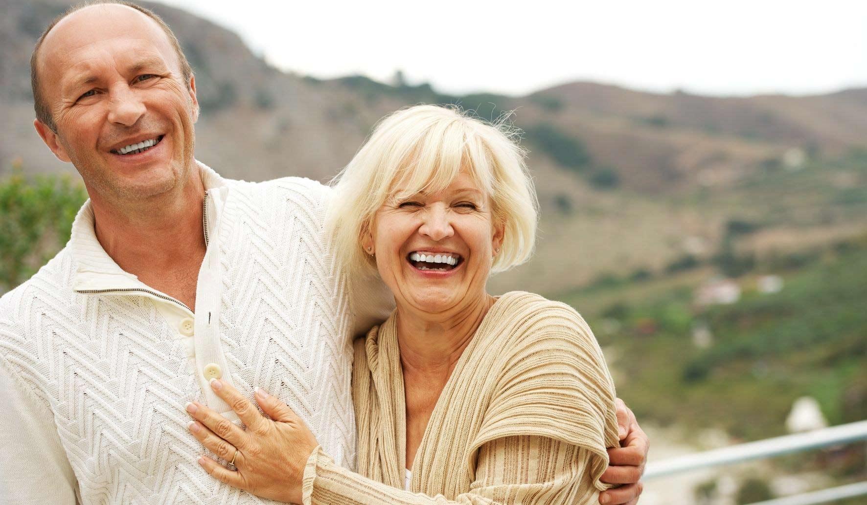 Un couple d'accueillant familial heureux.