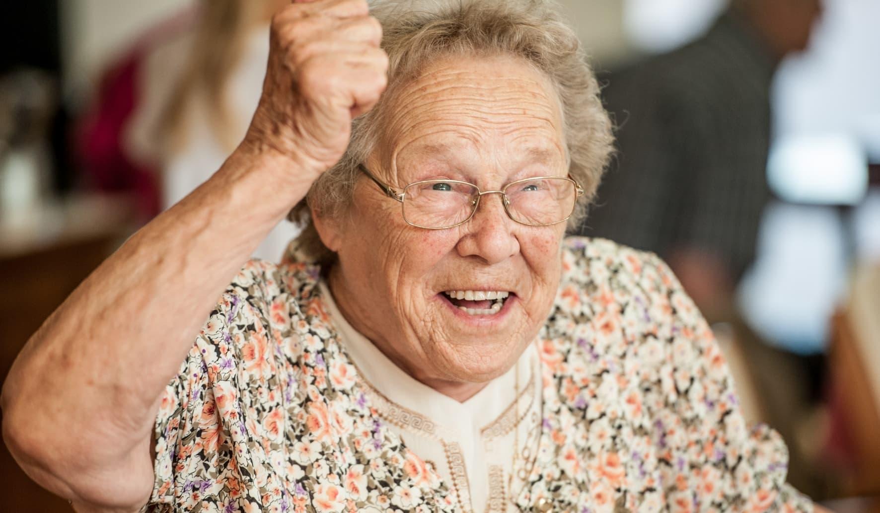 Dame âgée heureuse en maison de retraite.